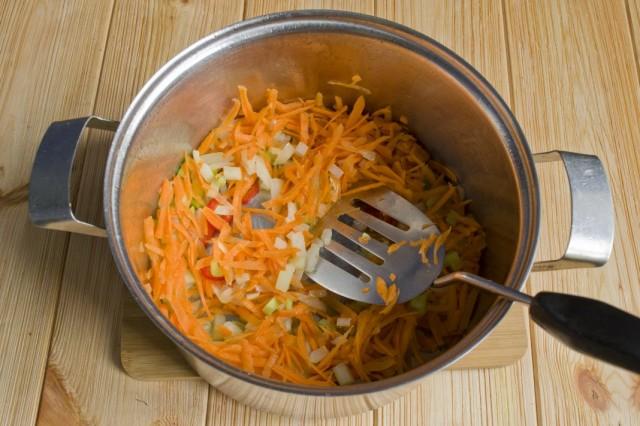 Добавляем к обжариванию морковь