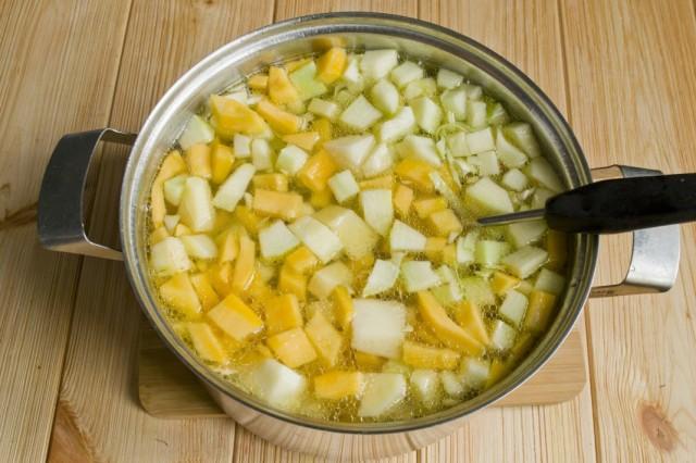 Заливаем овощи водой, или овощным бульоном