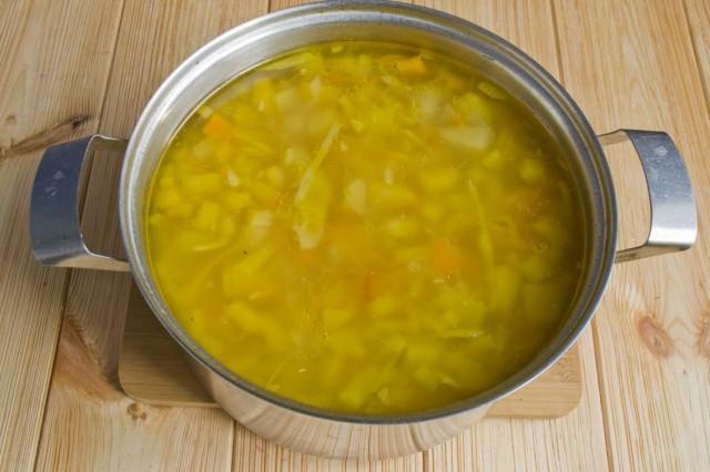 Доводим суп до кипения и продолжаем варить на маленьком огне