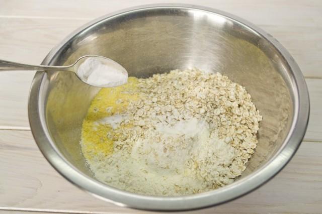 Смешиваем сухие ингредиенты для блинного теста