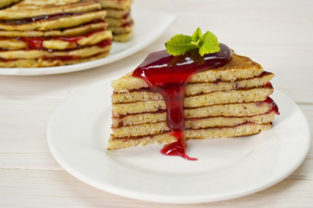 Блинный торт на простокваше с малиновым киселём