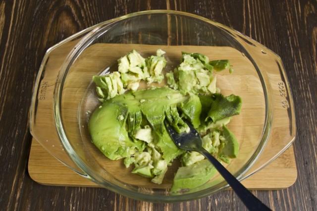 Разминаем в пюре мякоть авокадо