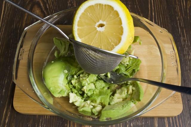 Смешиваем пюре из авокадо с лимонным соком