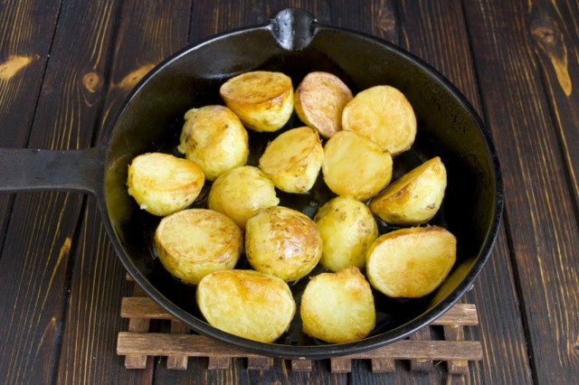 Обжариваем отваренный картофель