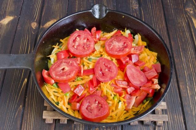 Добавляем помидоры, солим, перчим и тушим еще 5 минут