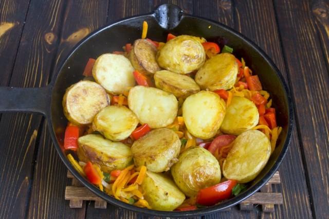 Выкладываем обжаренный картофель