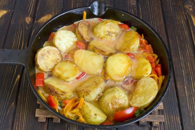 Заливаем овощи яйцом и закрываем крышкой