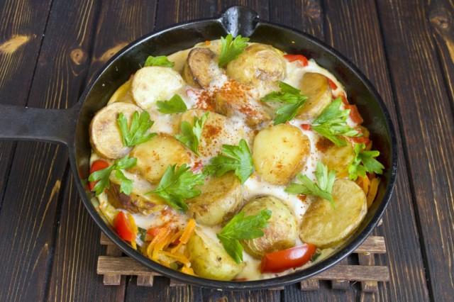 Готовую картофельную тортилью посыпаем свежей зеленью