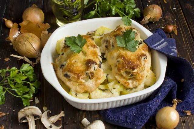 Мясо по-французски из курицы с шампиньонами и картошкой