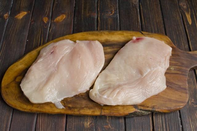 Разрезаем и обсушиваем куриное филе