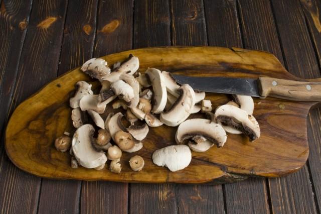 Обжариваем очищенные и нарезанные грибы