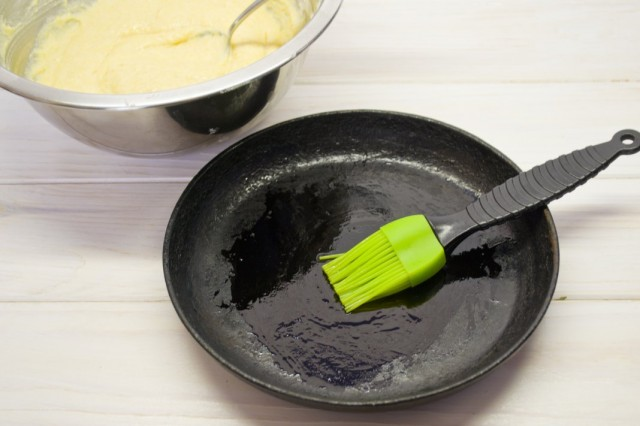 Тесто для оладий выкладываем порциями на разогретую и смазанную маслом сковороду