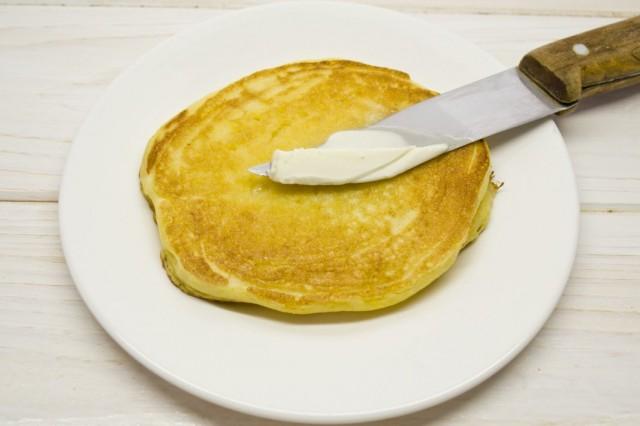 Готовые оладьи смазываем сливочным маслом