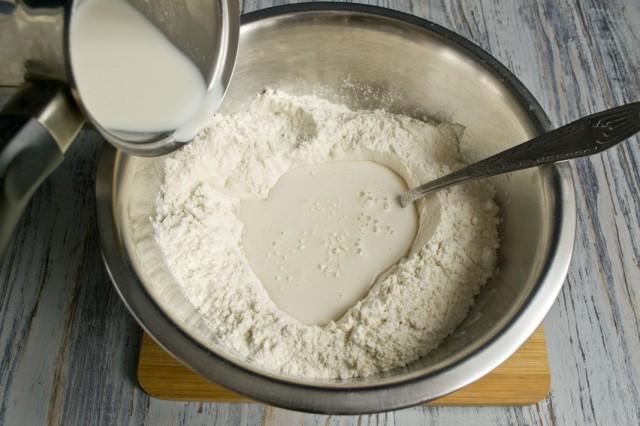 В просеянную с солью муку добавляем разведённые в тёплом молоке дрожжи