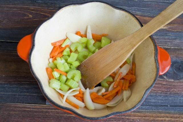Пассеруем нарезанный стебель сельдерея и тёртую морковь