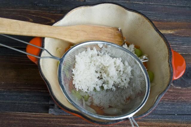 Выкладываем промытый рис в обжаренные овощи