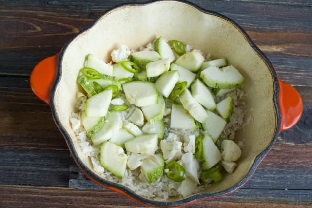 Выкладываем сверху нарезанные кабачки и зелёный перец чили