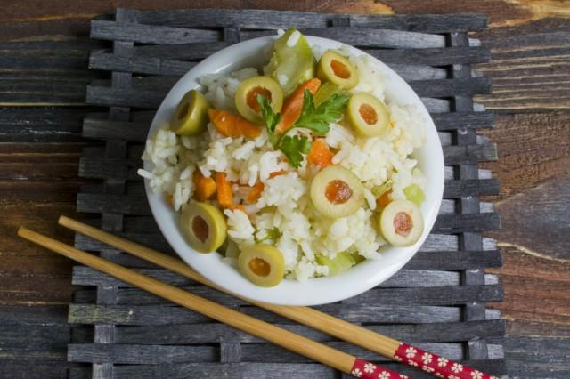 Нарезаем в готовый рис оливки, перемешиваем и подаём к столу