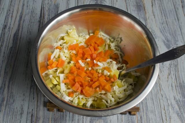 Нарезаем варёную морковь