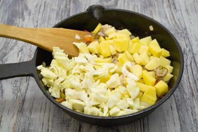 Добавляем нарезанные картофель и капусту
