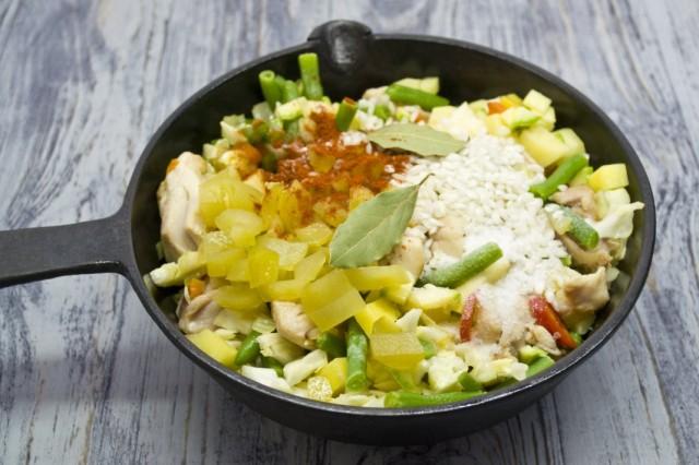 Добавляем рис, солёный огурец, специи и соль