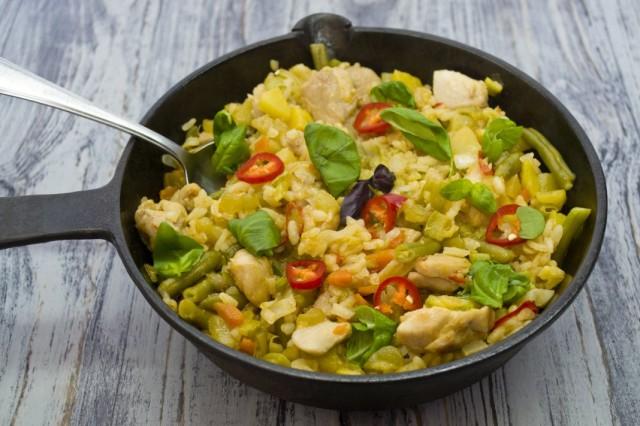 Готовую солянку сборную с курицей и рисом арборио посыпаем свежей зеленью