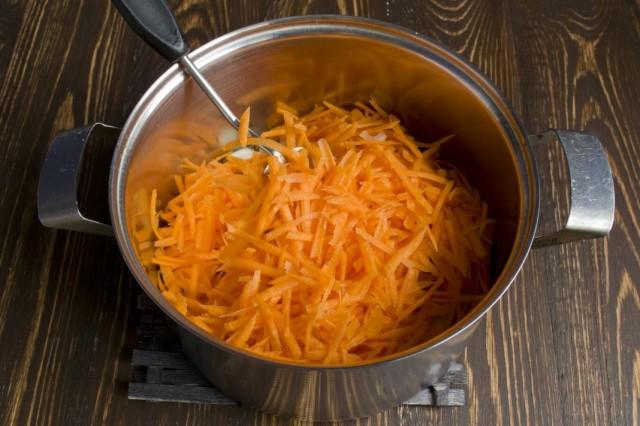 Добавляем натёртую морковь