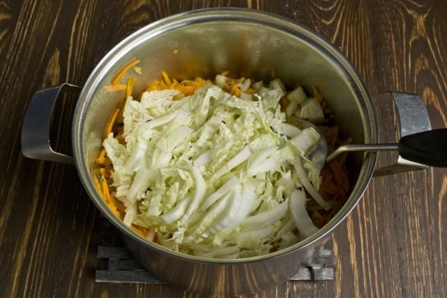 Шинкуем пекинскую капусту и добавляем в кастрюлю