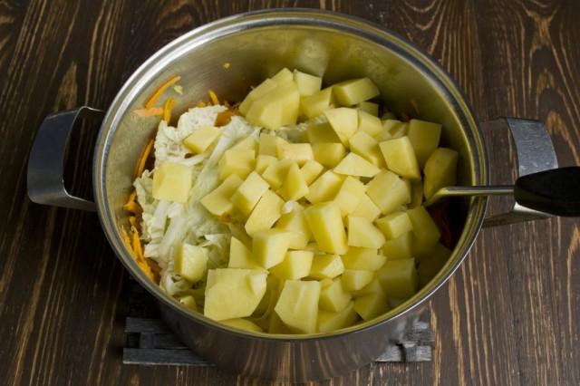 Выкладываем нарезанный картофель
