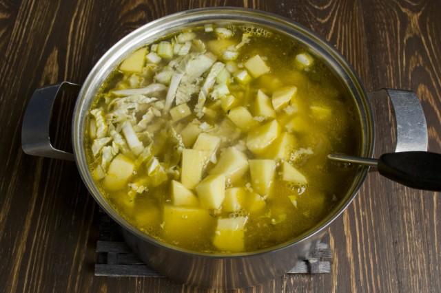 Заливаем овощи приготовленным ранее говяжьим бульоном и доводим до кипения