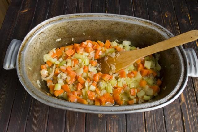 Растапливаем куриный жир, обжариваем морковь и сельдерей