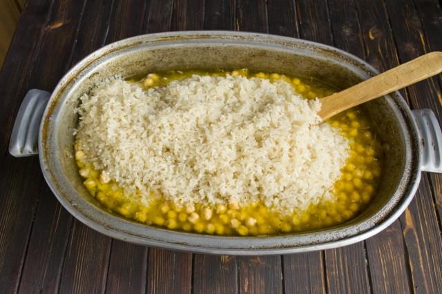 Сверху выкладываем рис