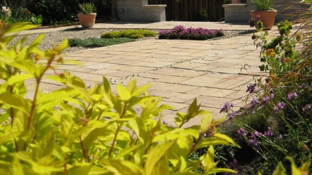 Комбинированное оформление площадки вместо газона