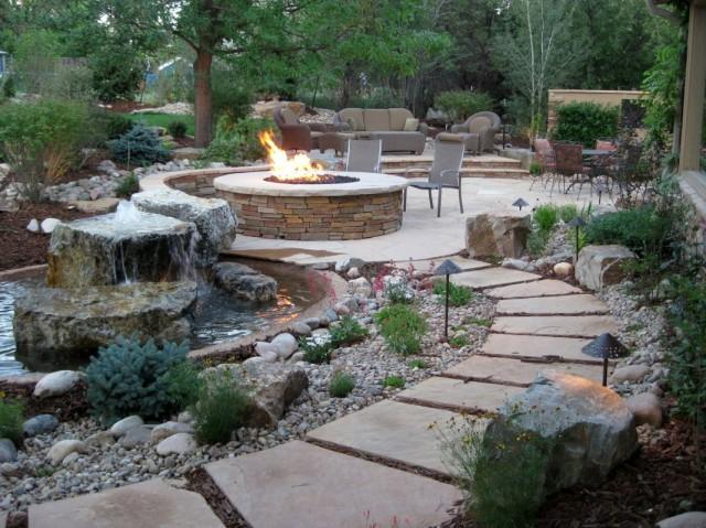 Мощенная плитами площадка рядом с фонтаном