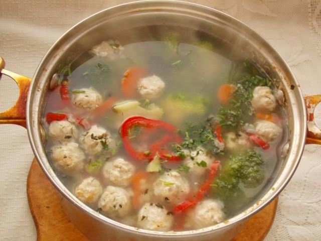 Солим суп, добавляем зелень и при желании растительное масло