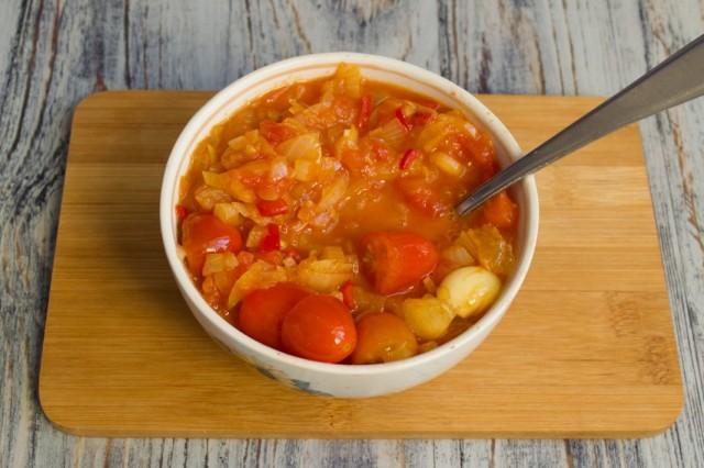 Готовим кисло-сладкий соус из черри с лимоном и чили на среднем огне