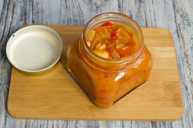 Готовый кисло-сладкий соус из черри с лимоном и чили перекладываем в банки