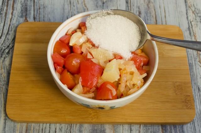 Добавляем в сотейник подготовленные овощи, сахар, соль и молотый красный перец