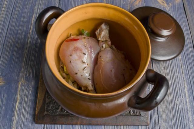 На лук выкладываем маринованную курицу