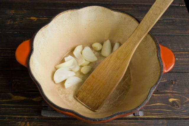 Обжариваем в растительном масле репчатый лук и чеснок