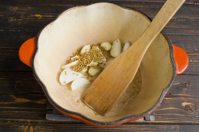 Обжариваем с луком и чесноком семена пажитника