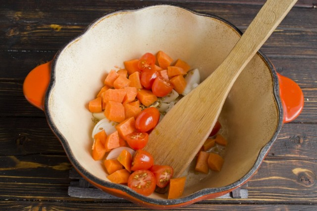 Нарезаем помидоры и добавляем к обжариванию