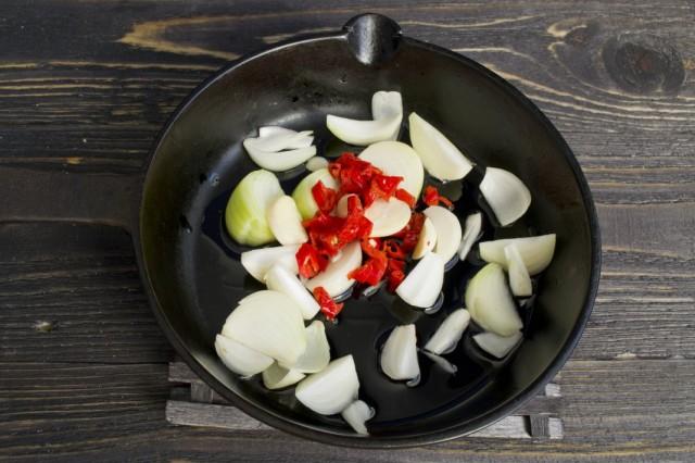Очищаем и нарезаем чеснок и перец чили. Добавляем к обжариванию