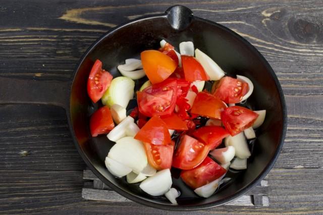 Выкладываем в жаровню нарезанные помидоры