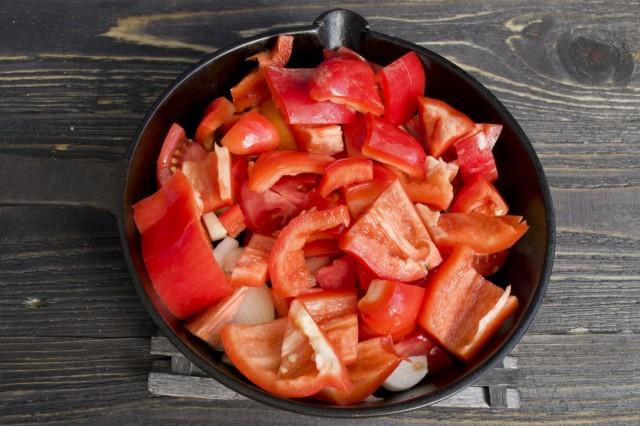 Добавляем в обжарку нарезанный сладкий перец