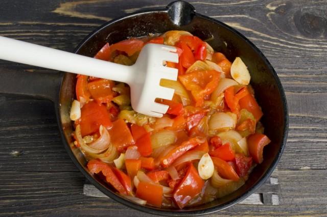 Измельчаем приготовленные овощи блендером