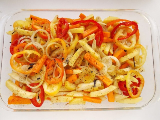 Выкладываем обжаренные овощи в форму для запекания