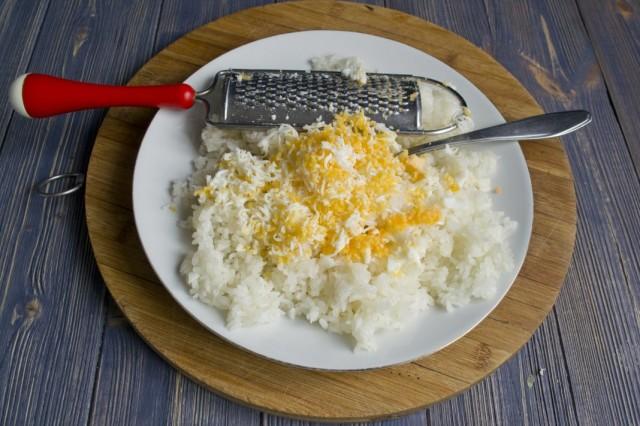 Натираем в рис отваренные вкрутую яйца