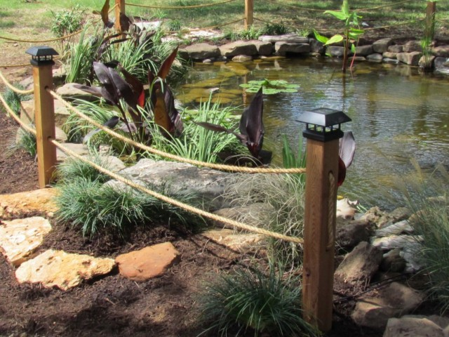 Ограждение пруда на участке декоративным забором