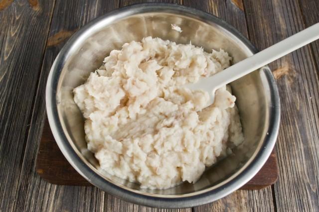 Измельчаем в фарш лук, филе минтая и хлебный мякиш